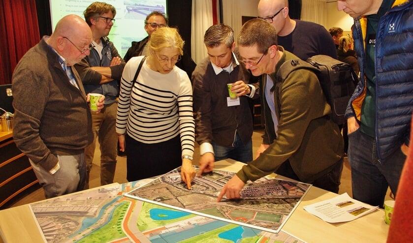 Veel inwoners van Poelgeest bekeken de plannen voor de nieuwe brug. De 'Brug Poelgeest' oogt wat simpel, maar er moet rekening gehouden worden met een molen- en een landgoedbiotoop.
