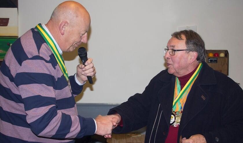 Voorzitter Van Velzen feliciteert jubilaris Eduard Ribberink. | Foto: pr./Emiel van der Hoeven