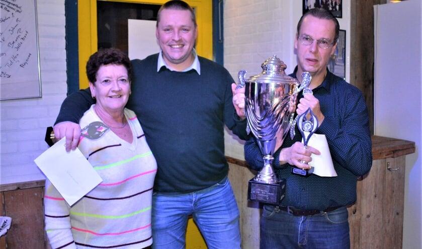 De quizwinnaars Matthieu Haring en André Lemmers met Carla van Aanholt.