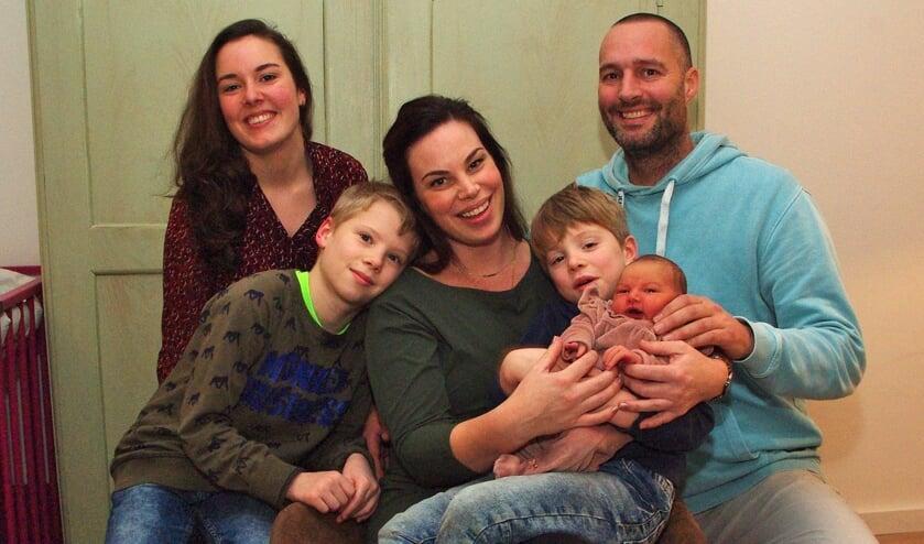Samen genieten van de kleine Amy. Vlnr: Verloskundige Daniëlle de Vries, grote broer Mike, Mama Leonie, grote broer Ian en Papa Rob.