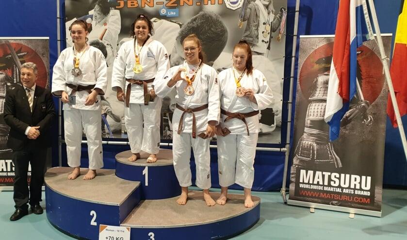 Eva Hornsveld (tweede van rechts) wint brons bij het internationale toernooi. | Foto: pr.