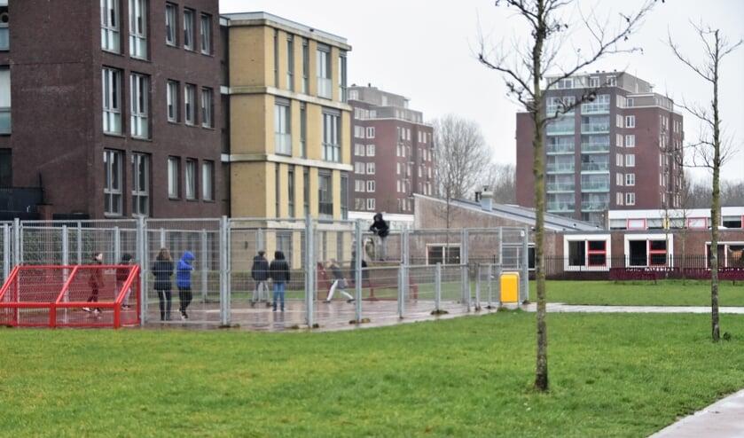 De Julianaschool in Rijnburg (rechts) krijgt als eerste school in Katwijk een bosrijk buitenlokaal. | Foto: CvdS