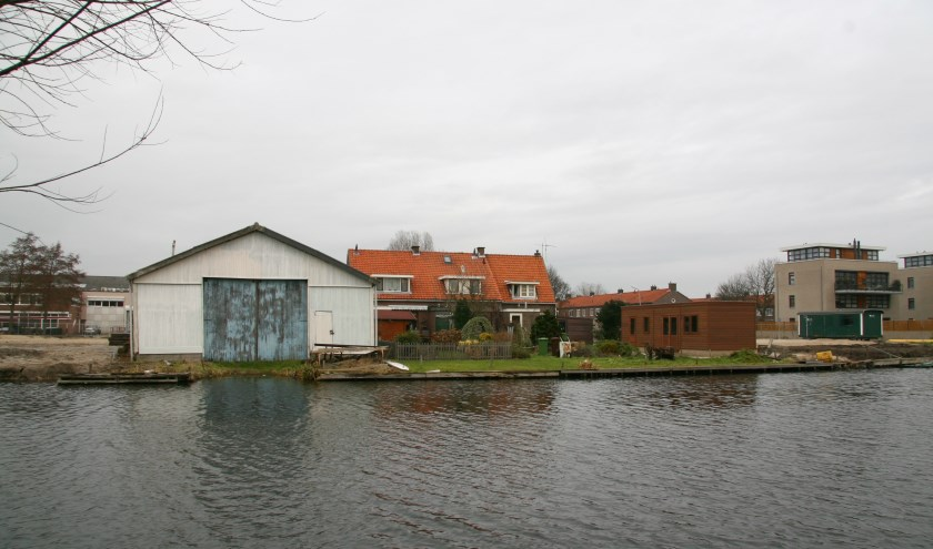 De botenloods die gesloopt wordt, waarna er een woning wordt gebouwd.