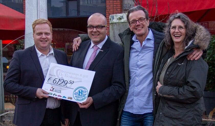 Pieter en Tanja van De Beslagkom overhandigden een mooie cheque.   PR