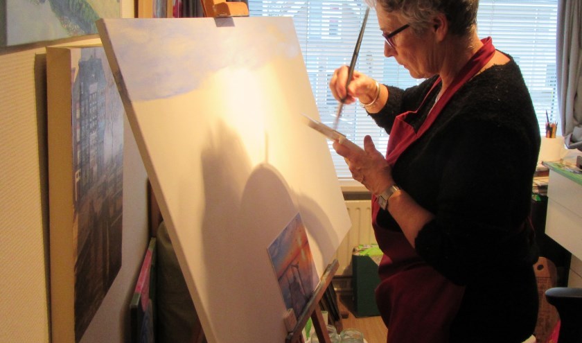 Annie Noort aan het werk in haar atelier.