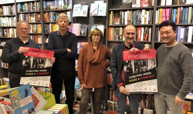 Organisatoren René Koek en Sven Rozier (uiterst links en rechts) met in hun midden de drie deelnemende schrijvers. Foto:  © uitgeverij Verhagen