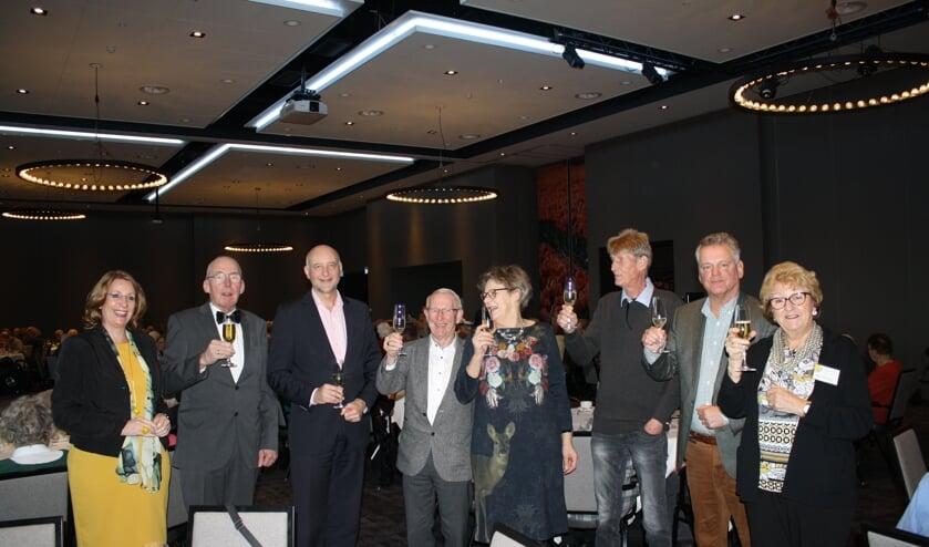 Het nieuwe bestuur heft het glas met burgemeester Breuer en wethouder Van Kempen. | Foto: Piet de Boer
