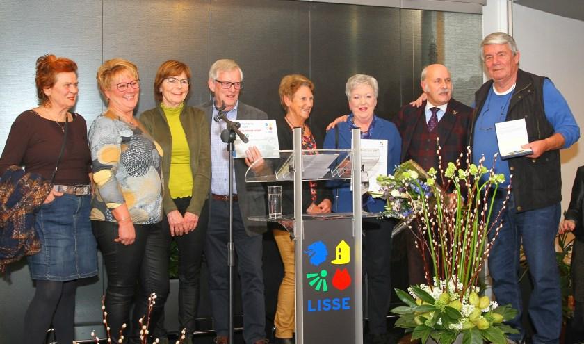 Het team van de Volksuniversiteit met rechts Peter Groeneveld die ook vrijwilliger van het jaar werd. | Foto: Arie in 't Veld