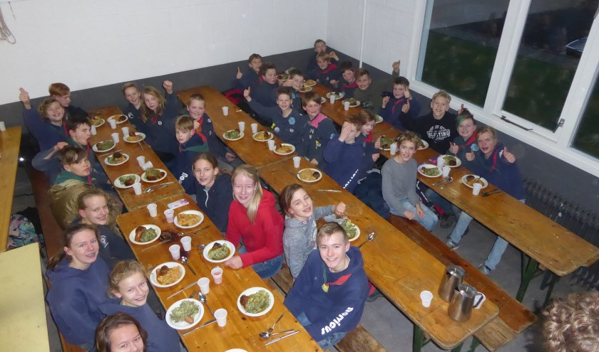 De warme maaltijd ging er wel in bij de Zeeverkenners.   Foto: Ina Verblaauw