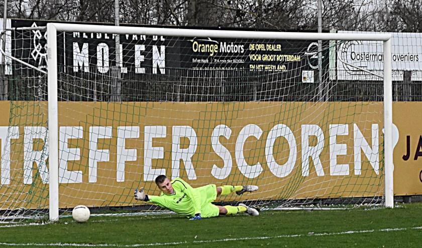 De strafschop van Dennis Bakker ging tegen de paal. | Foto: Piet van Kampen