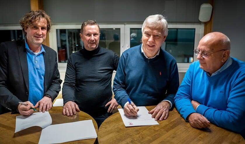 Hein van Heek (geheel links) en RCL voorzitter Dick van der Bijl tekenen het trainerscontract.