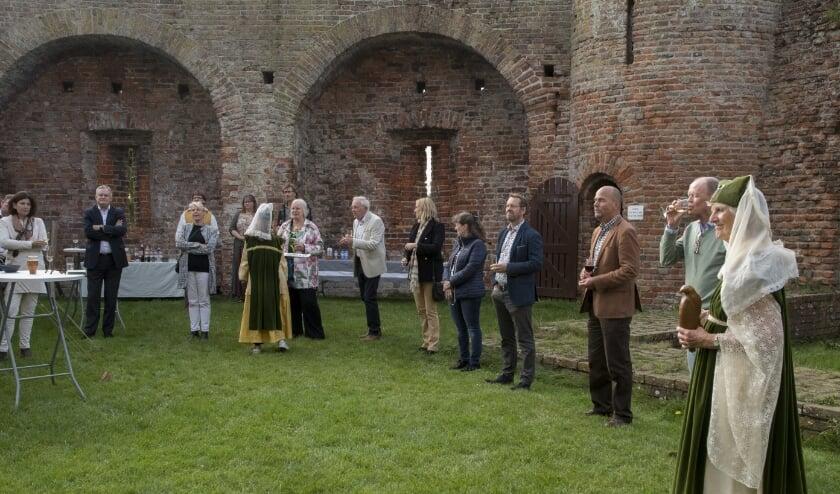 """<p pstyle=""""brood"""">De genodigden werden door Jacoba van Beieren onthaald in de Ru&iuml;ne van Teylingen.   Foto: pr./Ed Slagboom</p>"""