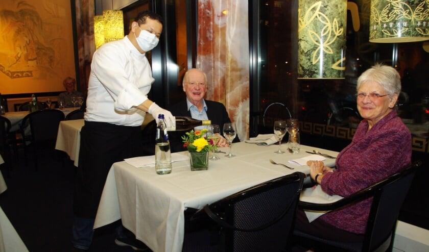 <p>Gastheer Ka Lun Ip van China House schenkt zijn gasten nog een mooi glas wijn in.   Foto Willemien Timmers</p>