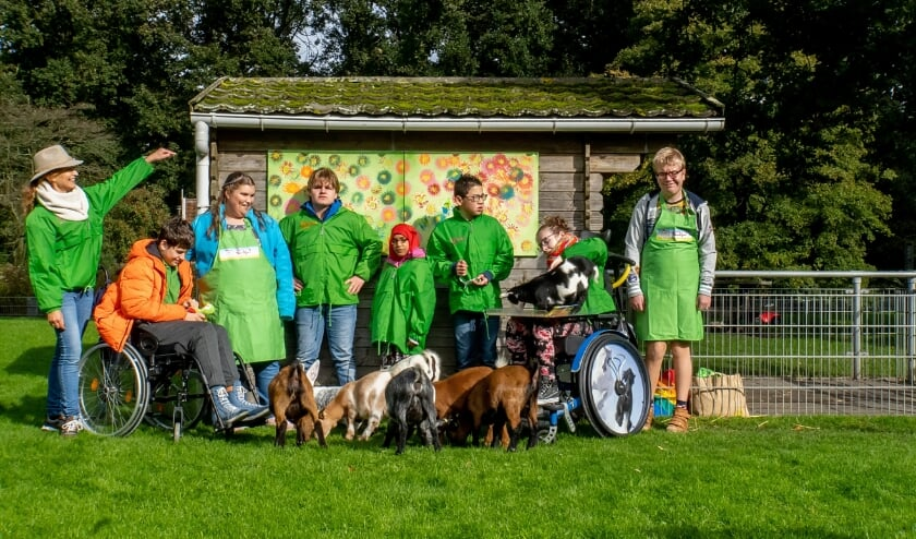 <p>De deelnemers aan de spelmiddagen van Stichting Nadja voor hun kunstwerk dat nu voor iedereen te zien is in de kinderboerderij in De Houtkamp. Links staat Anne van Zwieten.&nbsp;</p>