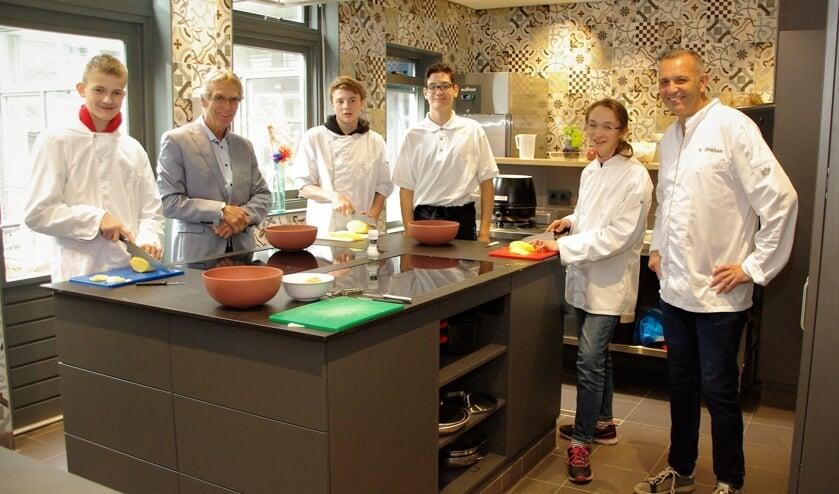 <p>Douwe Splinter en Patrick van Oosten in de &#39;Kanner Keuken&#39; in Dorpscentrum Oegstgeest tussen de leerlingen. |&nbsp;</p>