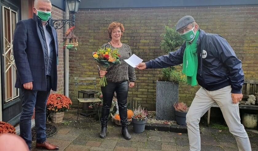 <p>Wethouder Daan Binnendijk en raadslid Huibrecht Bos verrasten Annemiek de Groot met een bloemetje en bedankkaart.</p>