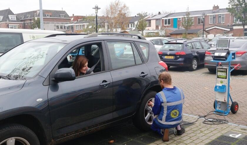 In Lisse wordt een automobilist blij gemaakt met opgepompte banden.