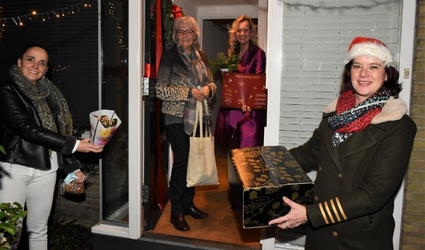 <p>Lydie Vellema en haar gast Geertje Lagas ontvangen het diner en alle extra&#39;s uit handen van Ivonne Janka (r) en Willemien Timmers. | Foto&#39;s</p>