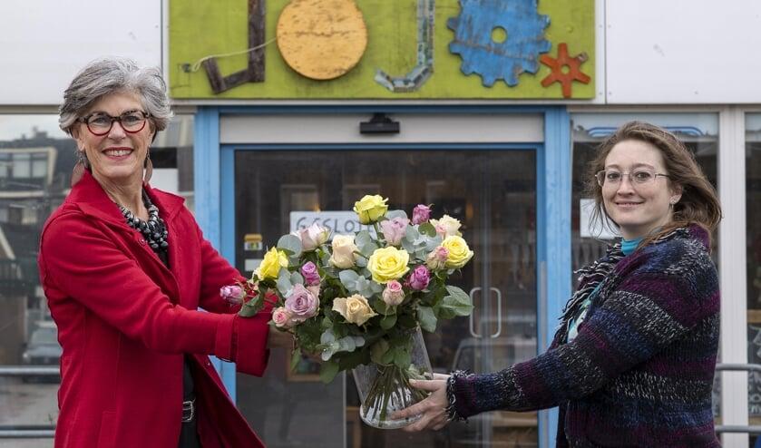 Wethouder Heleen Hooij feliciteert Lisa de Blok van de Jojo.