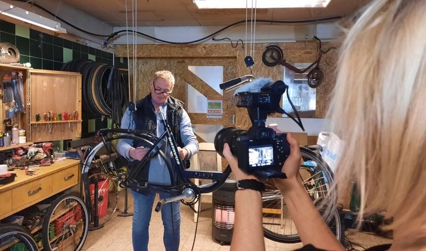 <p>Wil van der Lans aan het werk in de fietsenrepareerplaats in de Jojo. | Foto: pr.</p>