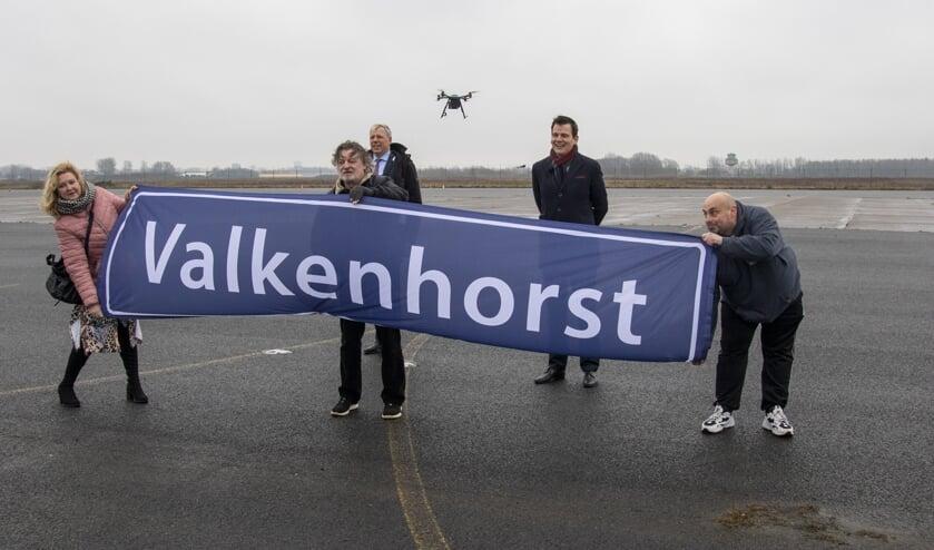 <p>De drie winnaars onthulden de naam onder toeziend oog van burgemeester Visser en wethouder Mostert.   Foto: Arie van Dijk Fotografie</p>