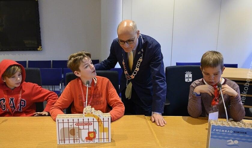 Scholieren in overleg met burgemeester Emile Jeansch.