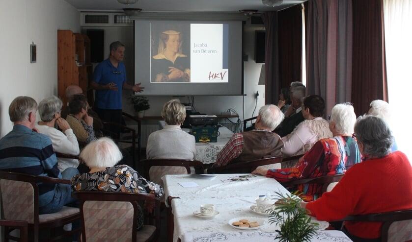 Kees den Elzen geeft namens de HKV een presentatie over de geschiedenis van Voorhout.