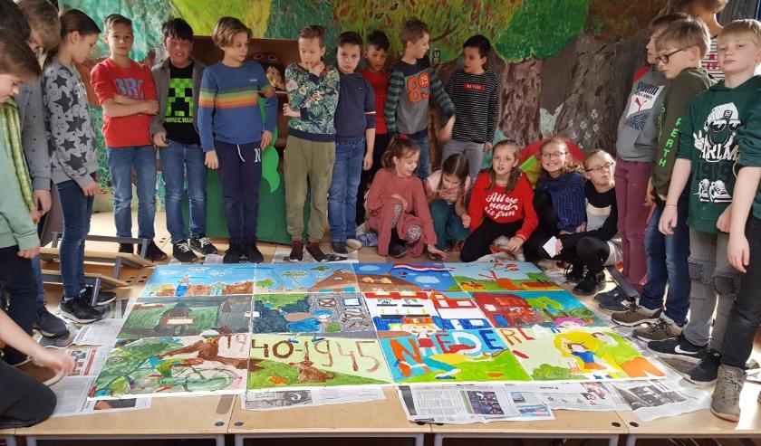 Leerlingen van de Achtbaan bij hun kunstwerken.   Foto: pr.