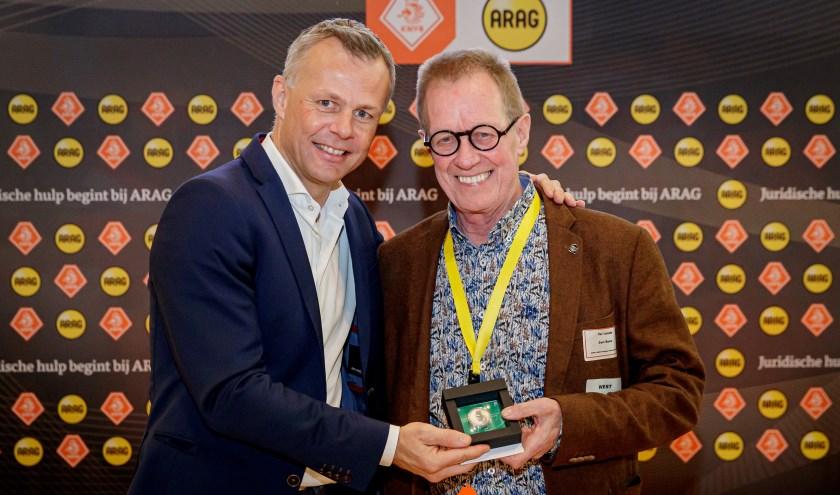 Bjorn Kuipers overhandigt de toss munt aan Jan Roos (r).