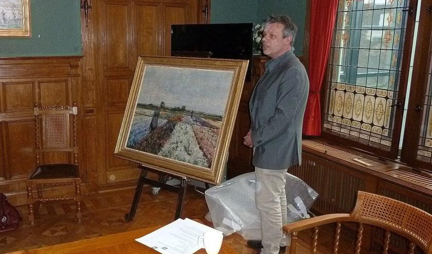 Van den Belt met het schilderij van German Grobe, die vooral bekend is om zijn strandgezichten.