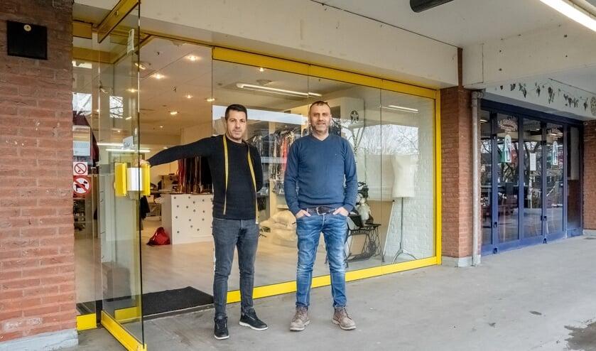 Umit Arslan met een van zijn medewerkers voor het nieuwe pand van De Witte Schaar.