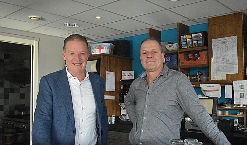 Adrie de Beste en Jaco Heeringa kijken trots en tevreden terug op de loterij-actie. | Foto: Piet van Kampen
