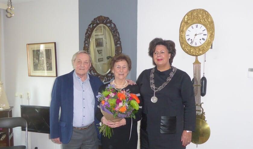 Het diamanten echtpaar samen met burgemeester Wendy Verkleij. | Foto: Ina Verblaauw.