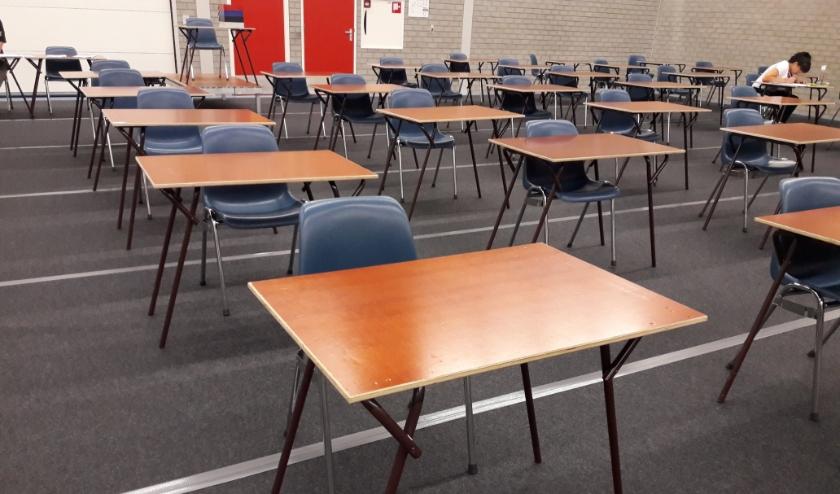 Leerlingen van het Rijnlands Lyceum maken hun schoolexamens in sporthal De Korf, normaal gesproken zijn hier alleen de centrale eindexamens, zoals op de foto van vorig jaar te zien is.  Foto: archief