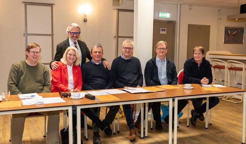 Achter het nieuwe bestuur Joop Verdonk, die overigens vorig jaar al als voorzitter aftrad, maar nog een jaar meehielp. |
