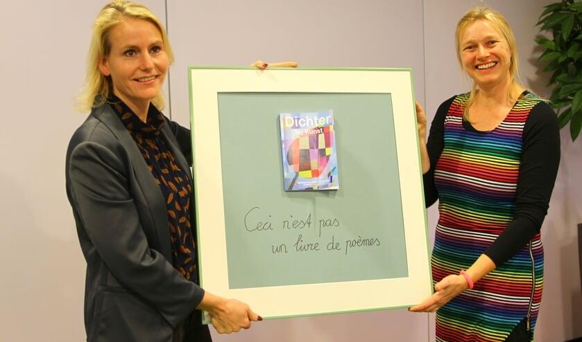 Drie jaar was Alida van Leeuwen (r) dorpsdichter. Haar werk is nu gebundeld en te koop.