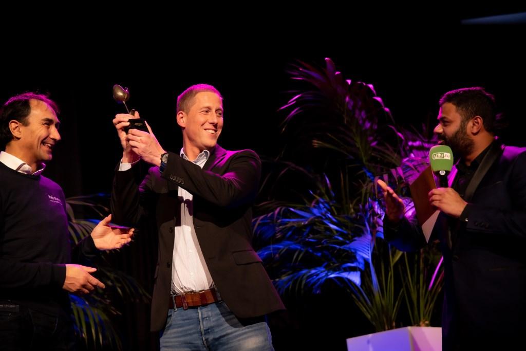Glenn van der Fits kreeg de LOV-trompet uit handen van Erik Versnel, directievoorzitter van Rabobank Leiden-Katwijk. Rechts op de foto presentaor Rudo Slappendel.   Foto: Fotografie Lavinia   © uitgeverij Verhagen