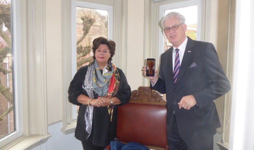 Burgemeester Wendy Verkleij en Hans van der Sluijs met op de iPhone Jan Rijpstra. | Foto: Ina Verblaauw