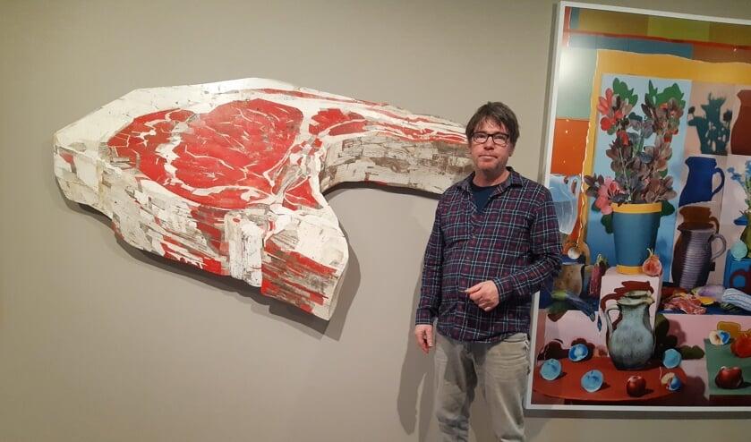 Kunstenaar Ron van der Ende maakte een enorm grote lamskotelet van minuscule stukjes sloophout.