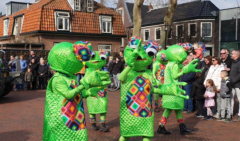 Gezelligheid tijdens de carnavalsoptocht van vorig jaar.
