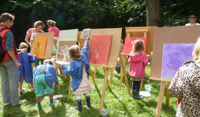 Lekker schilderen in de natuur tijdens Kunst voor Kids.   Foto: archief