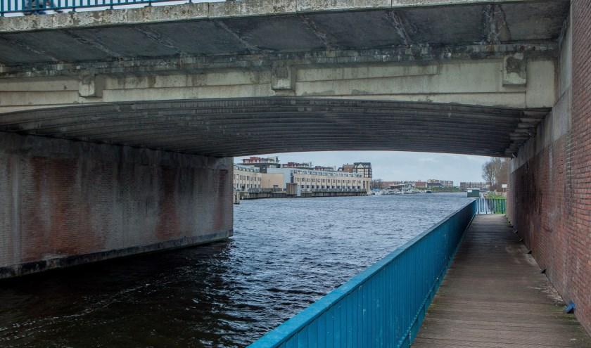 De watersportondernemingen willen in het hoogseizoen doorvaart houden onder de Koningin Julianabrug.   Foto: Adrie van Duijvenvoorde