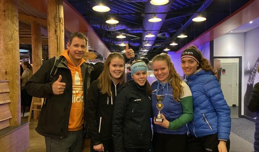 Rianne Koot, Patricia Koot, Avery Heemskerk en Pien Hersman. Links hun trotse gymdocent dhr. Koppert.