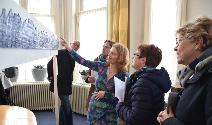 In het notariskantoor vertelt kunstenares Alexandra Breeze over haar keramiek. | Foto: Esther Luijk