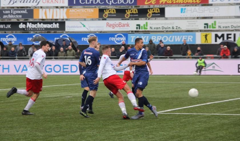V.v. Noordwijk had het moeilijk tegen de stugge Katwijkse verdedigers. | Foto: WS