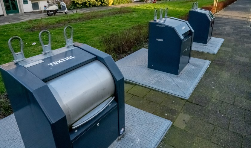 De voormalige PMD container op de hoek van de Splinterlaan en de Pinksterbloem is nu een textielcontainer.