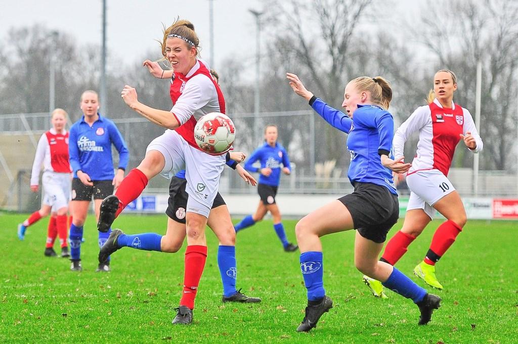 In de beginfase kreeg Claudia Owel een uitstekende mogelijkheid de score te openen. Foto: Gert Jan van Heyningen © uitgeverij Verhagen