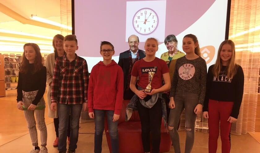 De kwartfinalisten uit de regio (Jip met beker) en de jury in de bibliotheek van Lisse. | Foto: pr