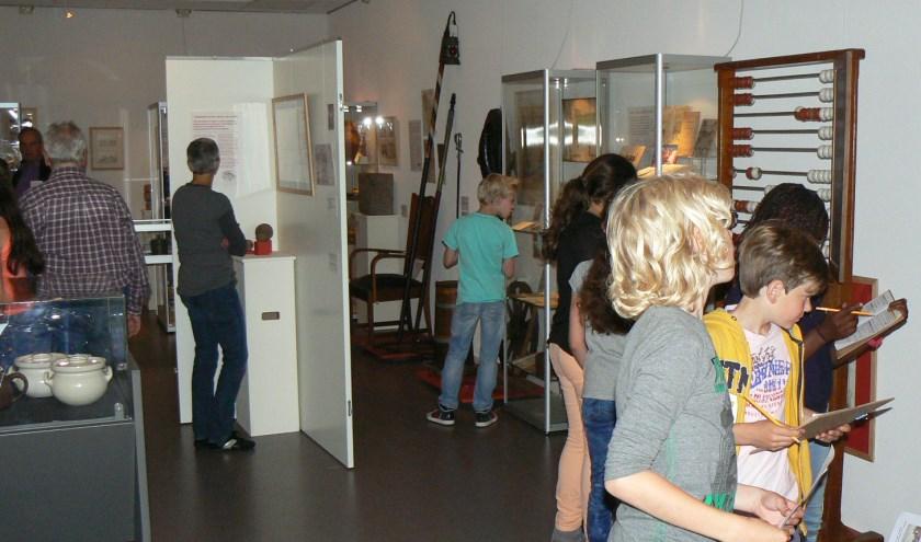 De voormalige expositieruimte van het Leiderdorps Museum in De Sterrentuin, tijdens een bezoek van basisschoolleerlingen aan de vaste tentoonstelling 'Weet waar je woont'