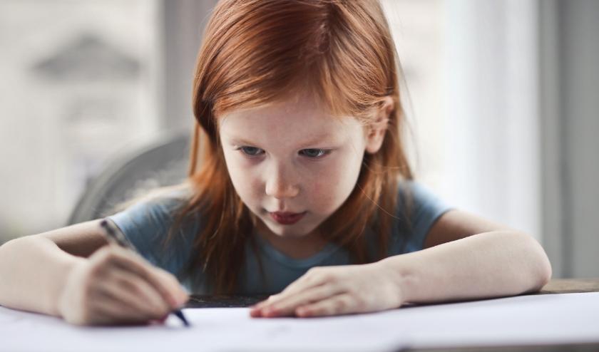 Kinderen en jongeren zijn momenteel aangewezen op thuisonderwijs. Van ouders wordt verwacht dat ze hun kroost hierbij ondersteunen. Dat valt soms best tegen als je zelf ook vanuit huis moet werken.